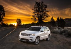 2017-jeep-grand-cherokee-trailhawk-and-updated-summet-launched-in-new-york_1